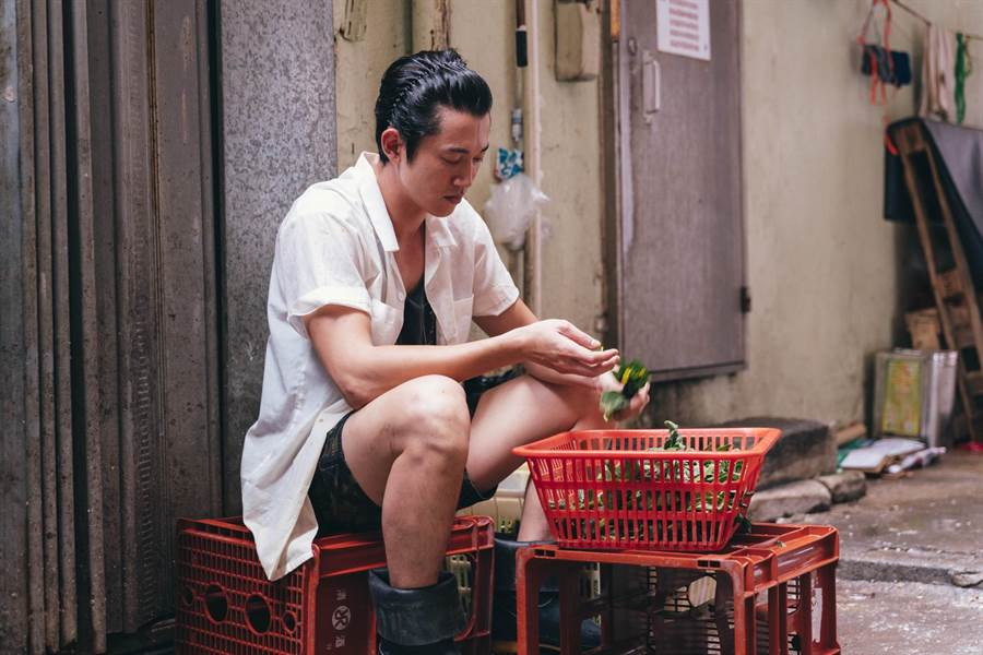 吳慷仁飾演茶餐廳廚師。(華映提供)