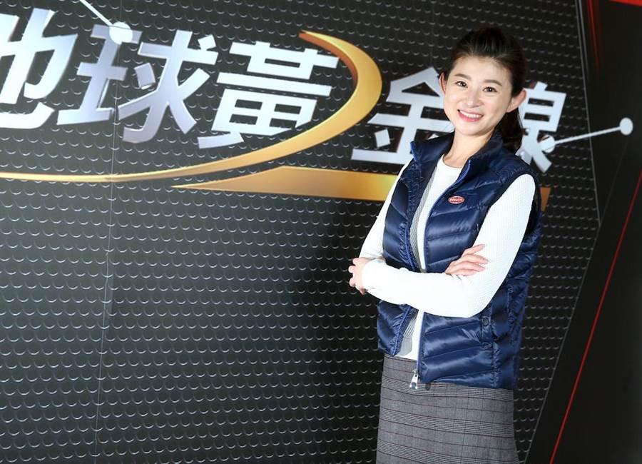 蘇宗怡主持《地球黃金線》在節目大談汽車資訊。(粘耿豪攝)