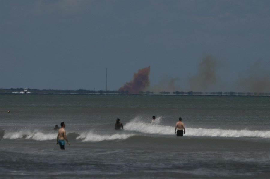 卡納維爾卡甘迺迪中心傳出巨大濃煙,是乘員飛龍測試出意外。(圖/EmreKelly twitter)