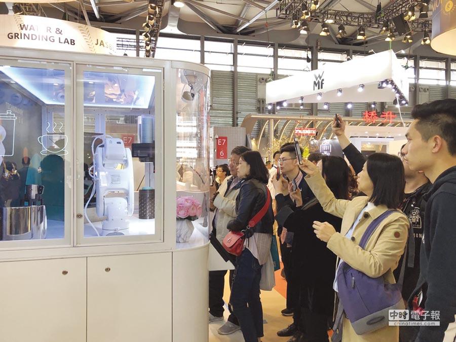 「LEADER智慧機器人咖啡販賣機」與上海王力咖啡貿易攜手合作,展覽時展現最高人氣,相當酷炫吸睛,展後並獲瑞士thermoplan咖啡機大廠採購訂單。圖/勵德公司提供