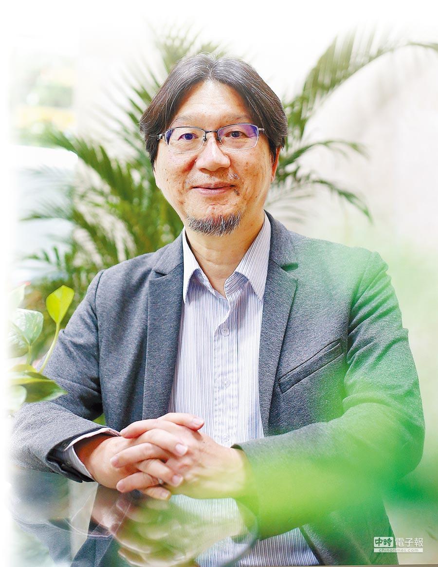 成大化工系講座教授張嘉修接受本報專訪,分享如何率成大微藻研發團隊推動產學合作,將學術研發能量注入產業界。(趙雙傑攝)