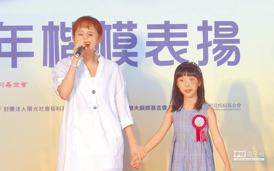 脣顎裂歌手「I-WANT星勢力」曾宇辰(左)出席獻聲,為少年楷模許靖唯(右)加油打氣。(SOGO提供)