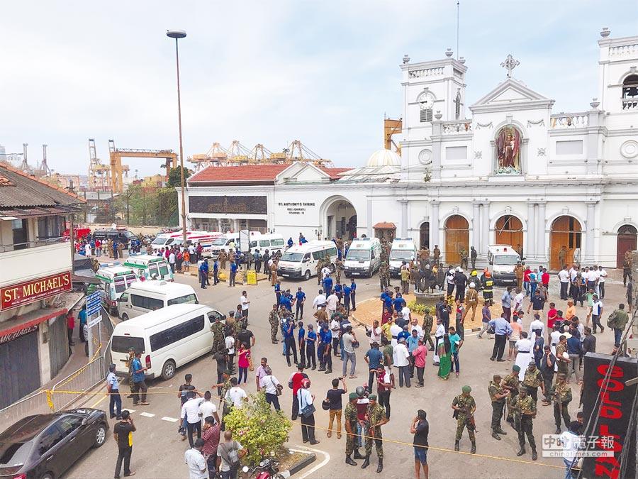 斯里蘭卡爆炸恐攻發生後,大批軍警人員在可倫坡聖安東尼教堂外警戒。(路透)