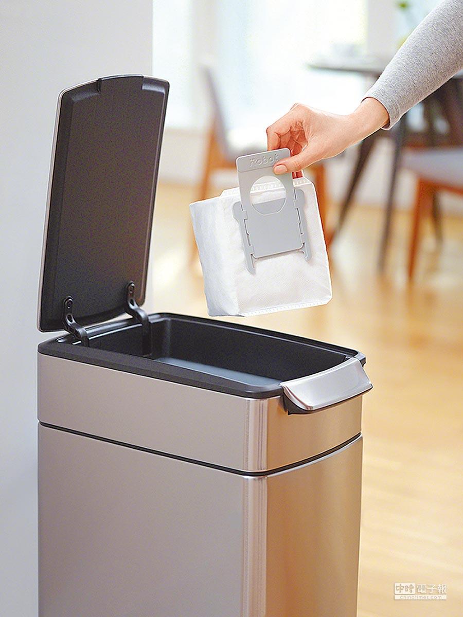 iRobot今年全新推出的Roomba i7+,內置拋棄式密封集塵袋,拉出即能丟棄,不怕在倒塵盒時再次造成灰塵垃圾飄出。(iRobot提供)