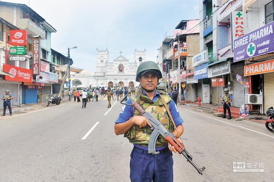 4月21日,斯里蘭卡可倫坡,一名士兵在發生爆炸的聖安東尼教堂外警戒。(新華社)