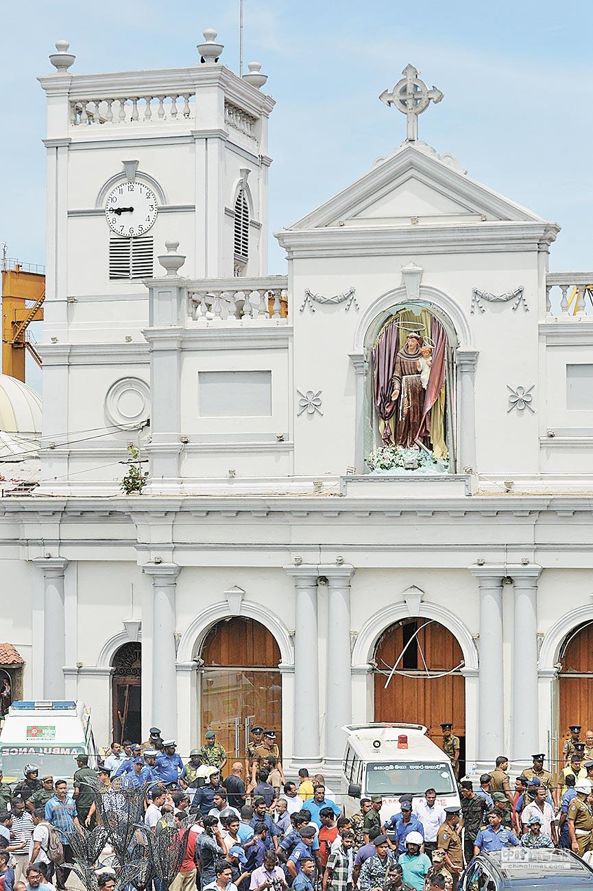 4月21日,斯里蘭卡可倫坡,人們聚集在發生爆炸的聖安東尼教堂外。(新華社)