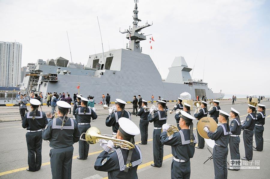4月19日,新加坡海軍「堅強」號護衛艦緩緩駛入青島大港碼頭。(新華社)