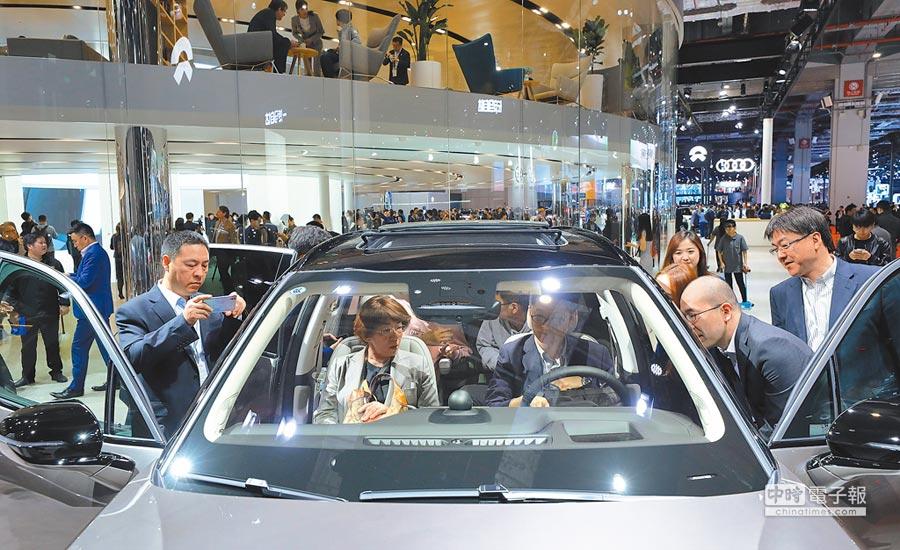 未來兩年到三年,所有的車都將成為智慧車,並且全面接入互聯網,成為數據的一部分。圖為上海車展。(新華社)