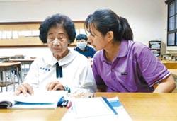 85歲讀高中 吳曾碧霞全家總動員