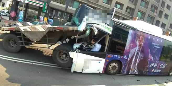 公車遭後方大貨車追撞,往前撞上聯結車,司機抱頭保護自身安全。(陳淑娥翻攝)