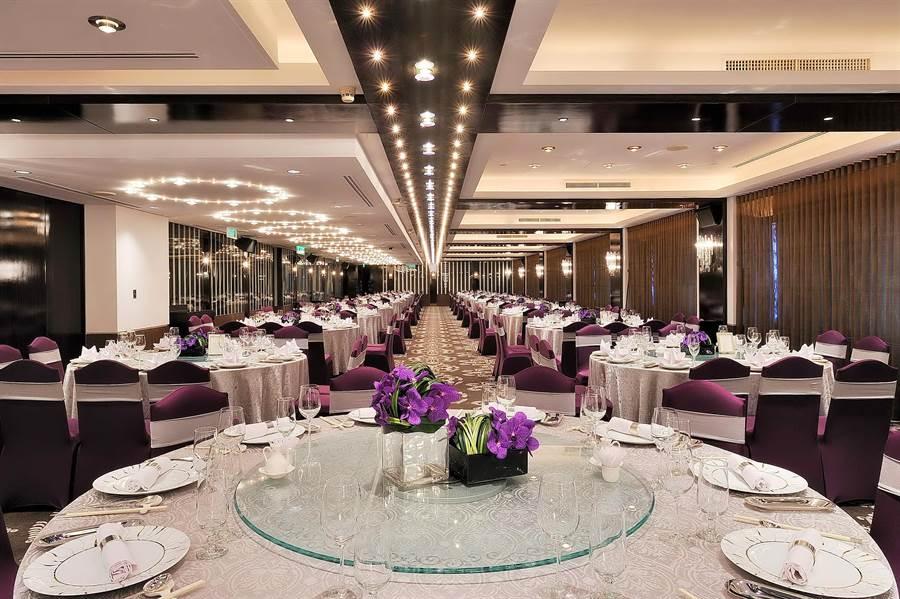 位在台北市信義區國貿大樓33樓的「世貿33婚宴廣場」,占地750坪、可接待45桌客人。(圖/世貿聯誼社)