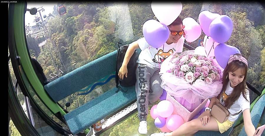 青年顏美源Lucas(左)在日月潭纜車之透明水晶車廂,向女友李俊錆求婚成功。(沈揮勝翻攝)