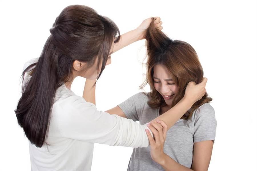 азиатку таскали за волосы по всей квартире