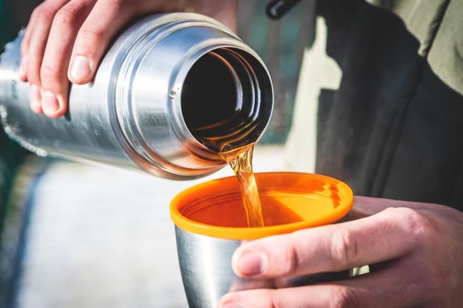 專家建議,保溫瓶內的水還是倒出來飲用,避免細菌在瓶內孳生。(圖/達志影像)