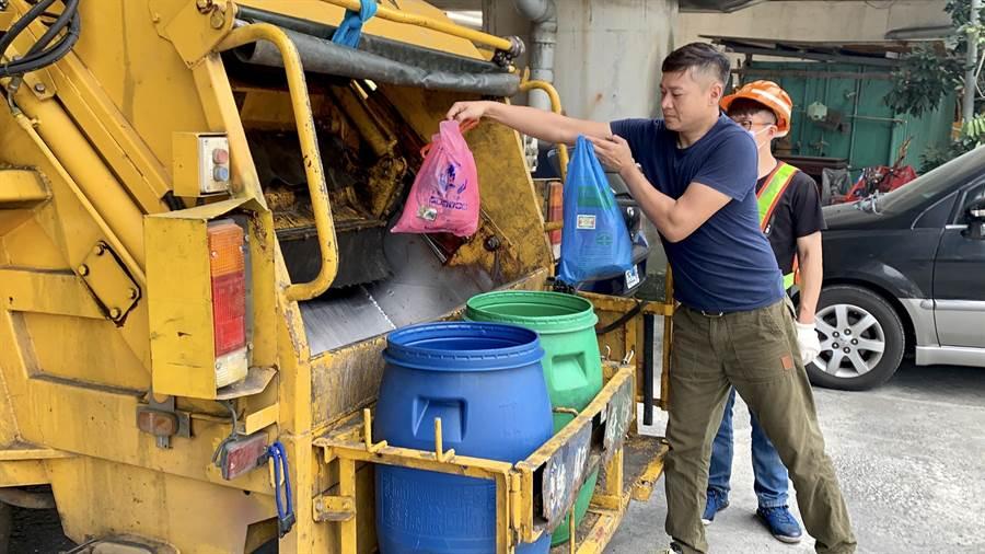 民眾4月底前購買的新北市專用垃圾袋,或在超市、量販店、連鎖便利商店購買的環保兩用袋等依然可以持續使用。(陳俊雄翻攝)