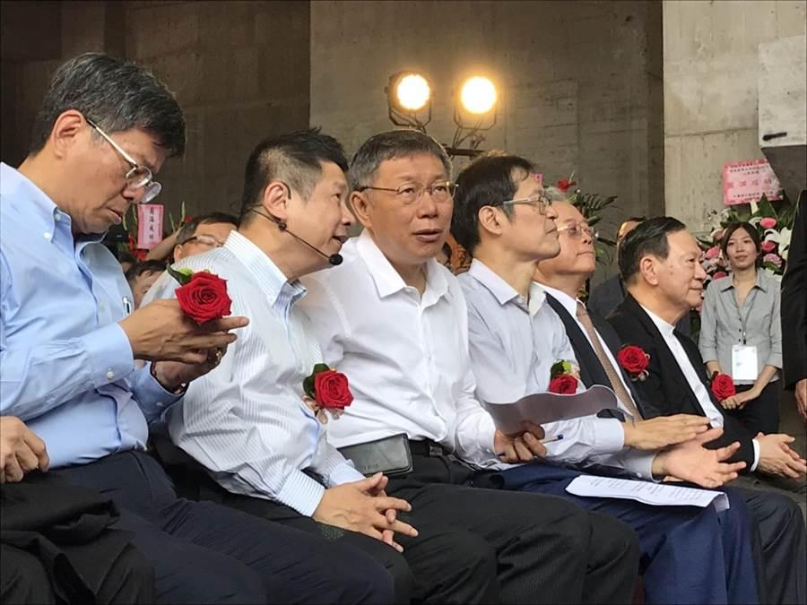 台北市長柯文哲今早出席「內科之心─內湖科技園區產業支援設施開發計畫BOT案」 上梁典禮。(張潼攝)