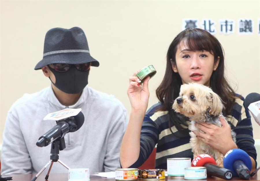台北市議員許淑華(右)23日陪同飼主出面,指出有寵物食品業者把含卡拉膠罐頭標示為「無膠」,牟利欺騙飼主影響毛小孩健康。(張立勳攝)