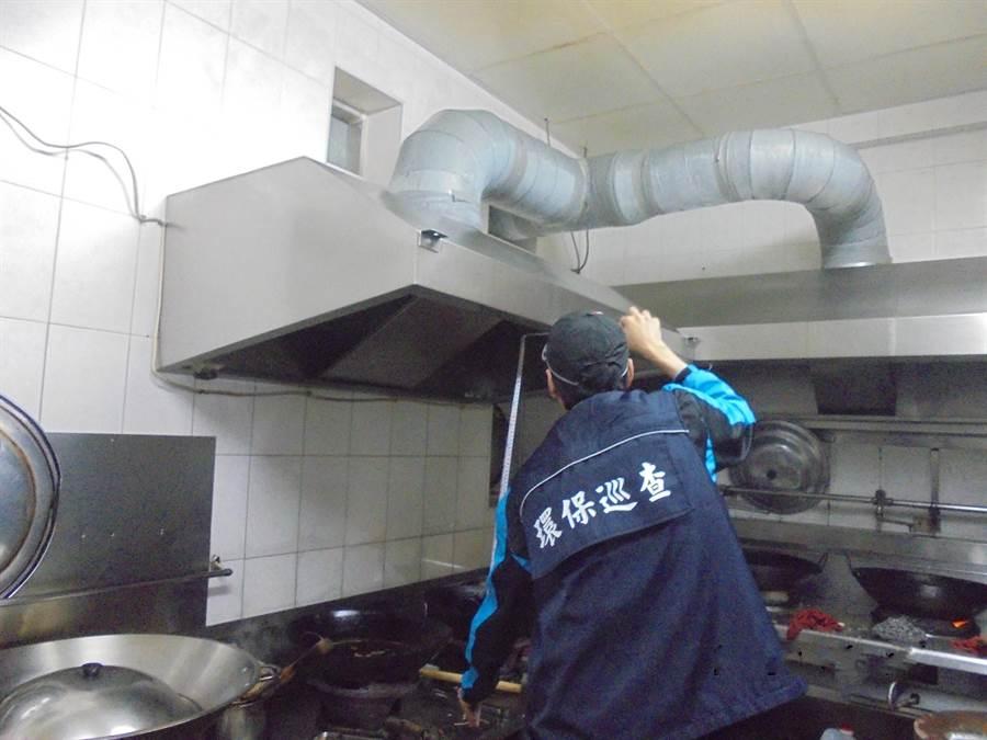 花蓮縣環保局測量油煙前處理設備高度。(環保局提供)