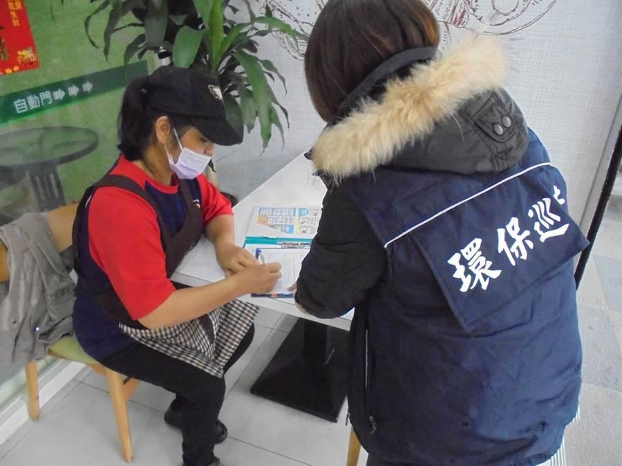 花蓮縣環保局派員定期向業者宣導油煙防制。(環保局提供)