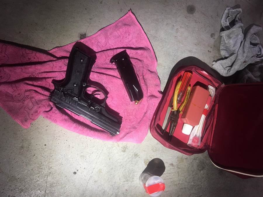 中市刑大偵六隊也在當場查獲改造手槍1把、子彈2顆,一級毒品海洛因約5公克、第二級毒品安非他命約20公克、電子磅秤1台及吸毒工具等證物。(馮惠宜翻攝)