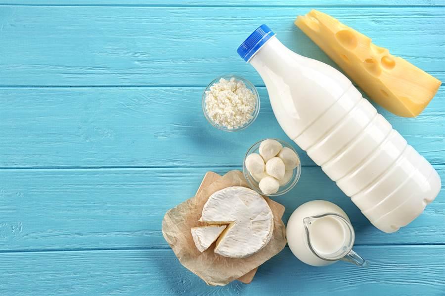 成人一天鈣質基本攝取量大概是800毫克。(圖/達志影像)