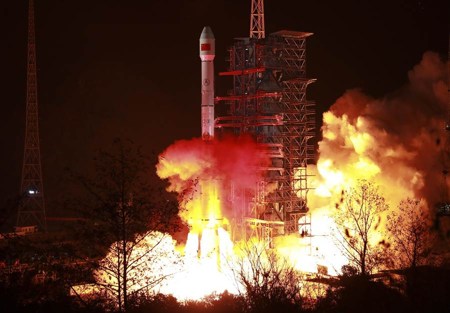 長征三號乙運載火箭發射衛星升空的資料照。(新華社)