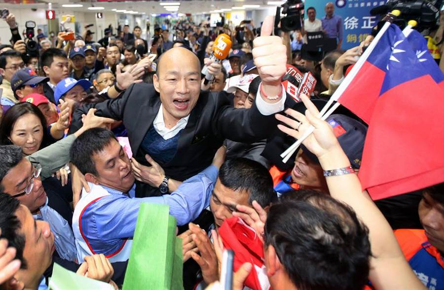 高雄市長韓國瑜4月18日自美返抵國門,大批支持民眾前往機場接機,入境大廳內旗海飄揚,彷彿盛大派對。(中時資料照 范揚光攝)