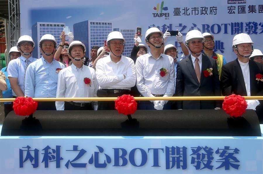台北市長柯文哲今早出席「內科之心─內湖科技園區產業支援設施開發計畫BOT案」 上梁典禮。(趙雙傑攝)