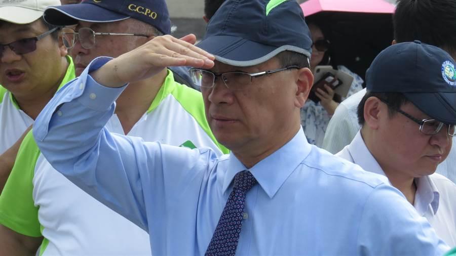 內政部長徐國勇23日視察彰化濕地,仔細觀察濕地的景觀。(鐘武達攝)