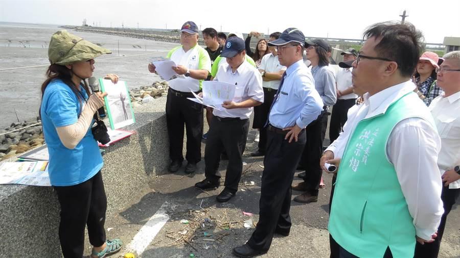 徐國勇視察彰化濕地時聽取環團代表的意見。(鐘武達攝)