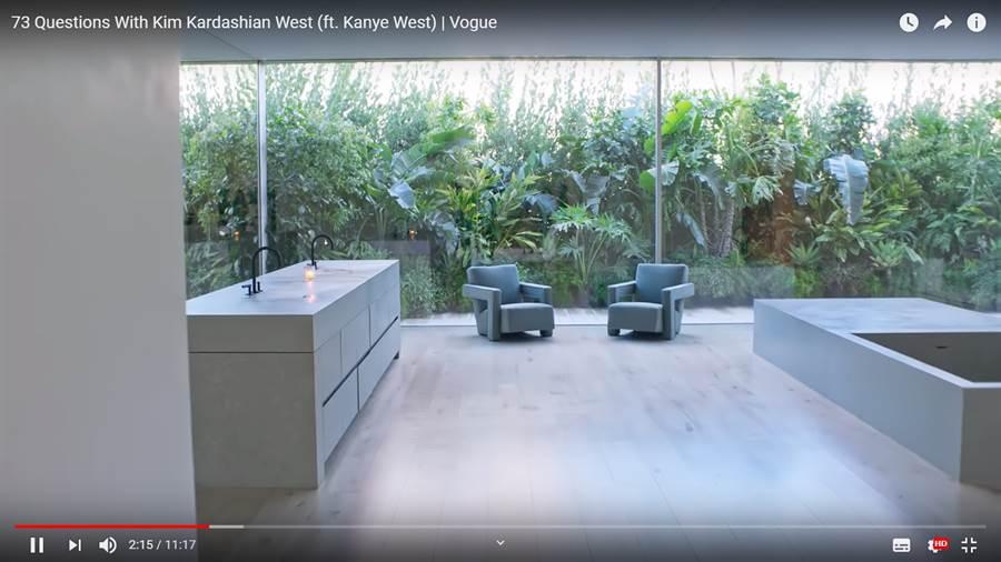 金卡達夏家中的洗手台竟然是「平的」(圖/翻攝自youtube/Vogue)