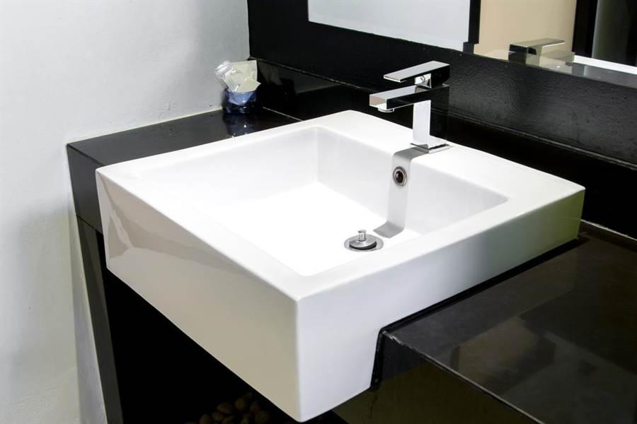 一般的洗手台都會有一個凹槽防止水濺出(示意圖/達志影像)