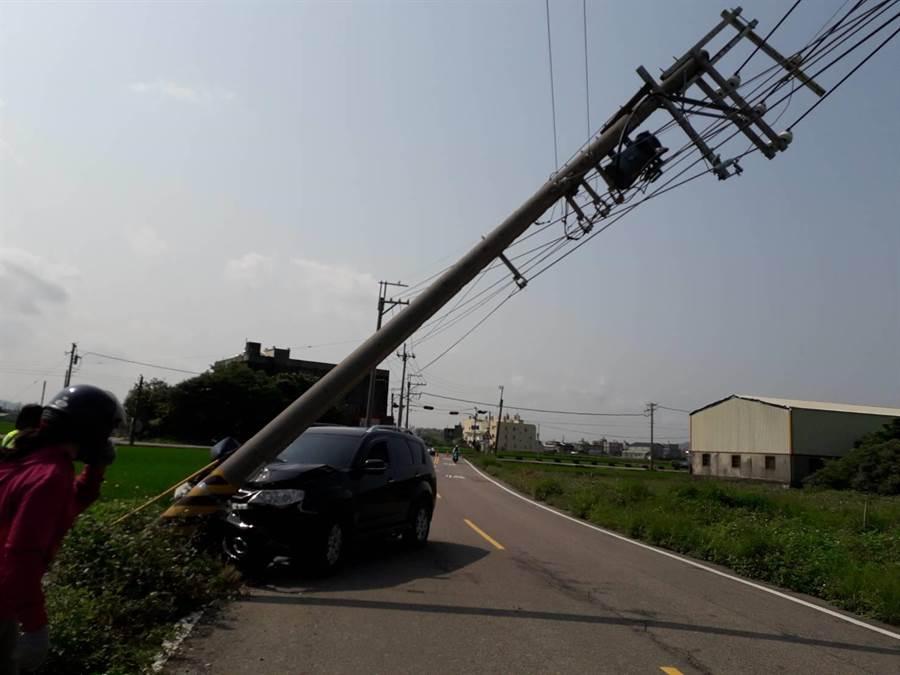 黑色休旅车撞歪电桿,驾驶落跑独留事故车于现场。