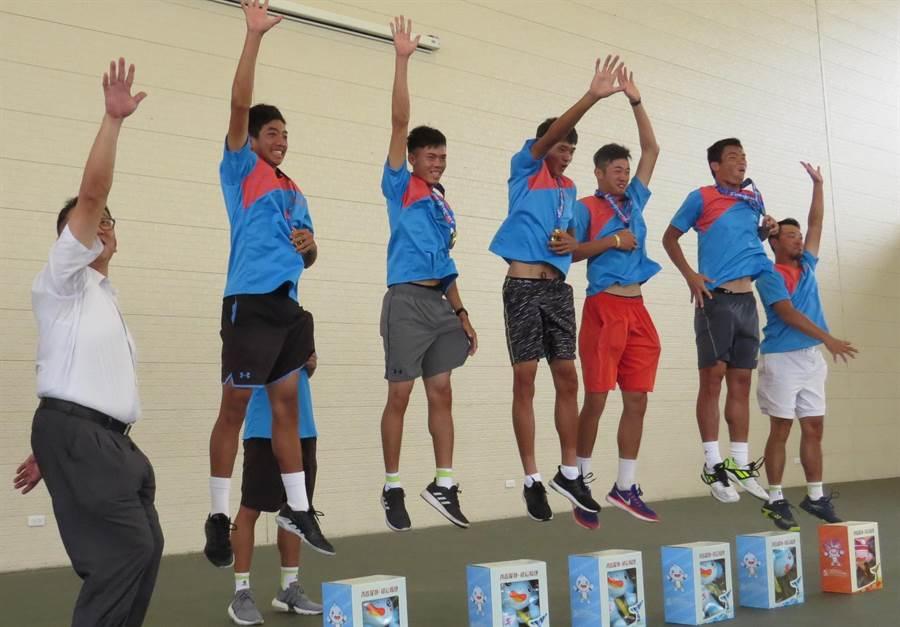 大慶商工網球隊在全中運奪冠後23日凱旋受到師生熱烈歡迎。(鐘武達攝)