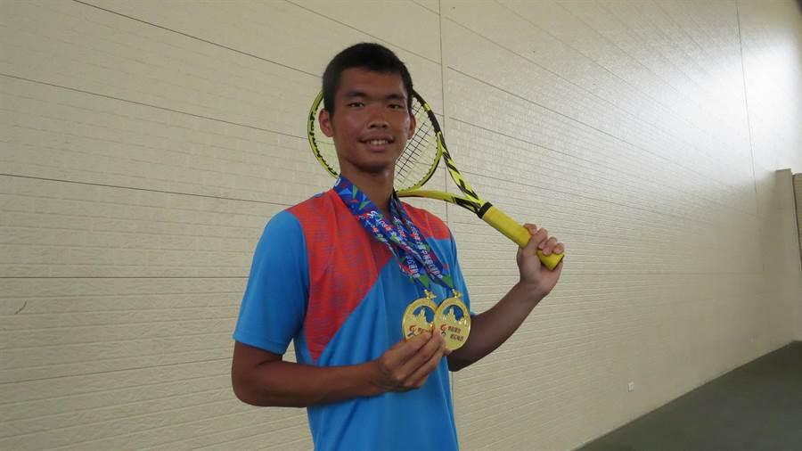 何承叡在全中運網球賽中拿到團體及個人2面金牌。(鐘武達攝)