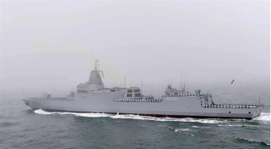 055型驅逐艦首艦「南昌」號4月23日接受檢閱的畫面。(新華社)