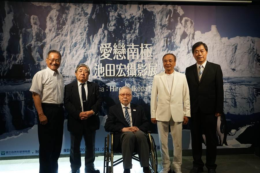 科博館與日本攝影師「南極先生」池田宏(中)合作,推出「愛戀南極:池田弘攝影展」。(陳淑芬翻攝)
