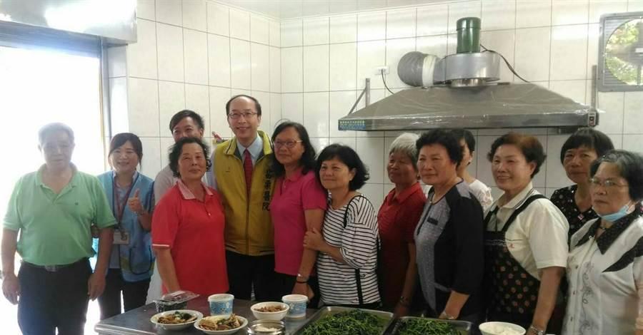 苗栗醫院代理院長李永恆參觀關懷據點共餐廚房,了解長者飲食營養攝取情形,並對辛苦的志工團隊給予高度肯定。(部苗提供)