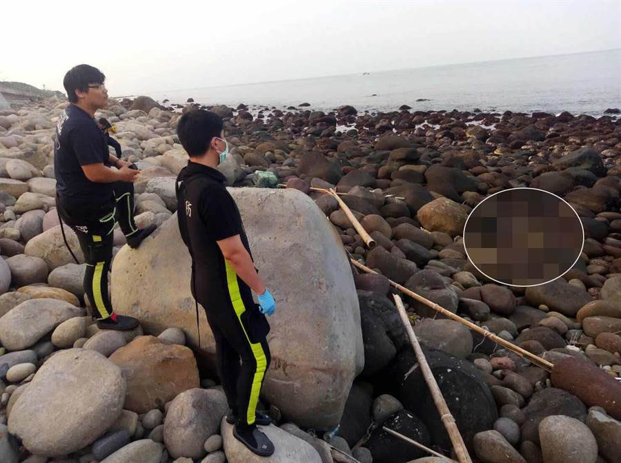 疑殺害泰山姊弟命案的父親屍體,今下午在金山海邊尋獲。(王揚傑翻攝)