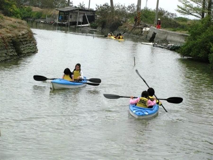 位於七股的光復國小是台南市4所實驗小學之一,鄰近濕地、潟湖、鹽場等自然環境,獨木舟教學是一大特色,所有學生都要學會才能畢業。(莊曜聰攝)