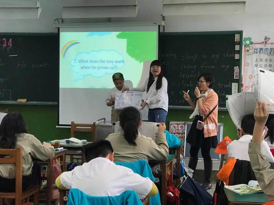 侨义国小发展英语教学多年,以沉浸式双语教学提升孩子们的英语力,还有华裔青年进驻校园教学。