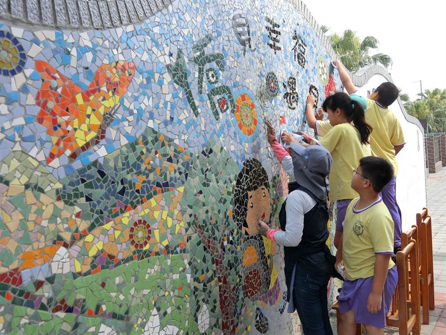 努力发展多元课程的花坛乡侨爱国小近年积极结合社区,营造特色学习;紧邻马路的美丽彩虹拼贴围墙由孩子们合力打造。