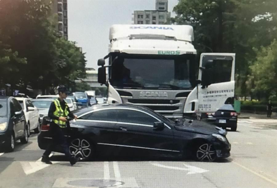 停在對面路邊停車格的賓士車無端被酒駕司機開罐槽車撞,還被推到了對面車道去。(黃國峰翻攝)