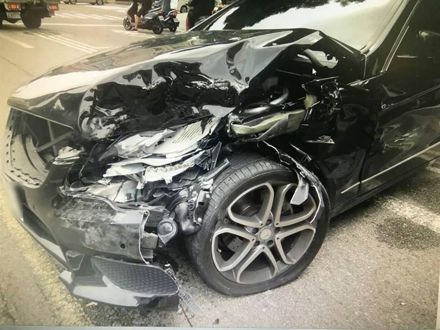 停在對面路邊停車格的賓士車無端被酒駕司機開罐槽車撞,車輛毀損嚴重。(黃國峰翻攝)