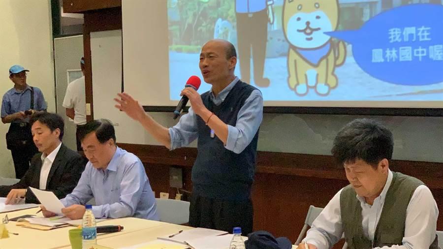 高雄市長韓國瑜(中)23日與大林蒲與民眾座談,要大家不避客氣儘管表達意見。(柯宗緯攝)