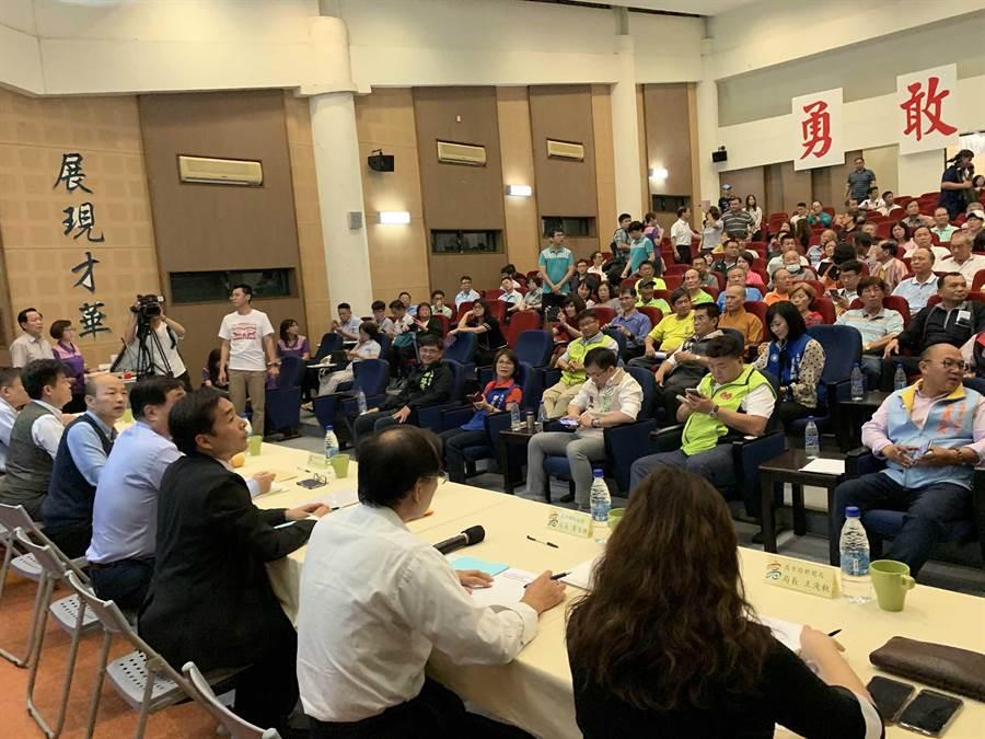 高雄市長韓國瑜23日到大林蒲與民眾就遷村、環保等議題進行座談。(柯宗緯攝)