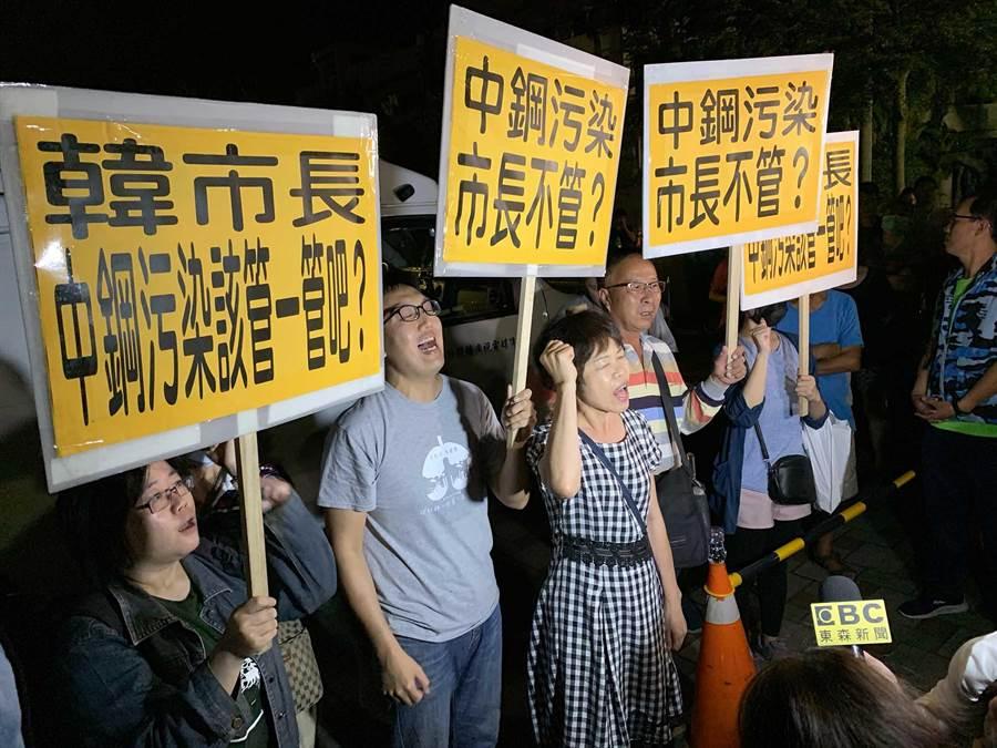 高雄市長韓國瑜23日到大林蒲民眾座談,場外不得其門而入的環團,在外頭舉牌抗議空汙。(柯宗緯攝)