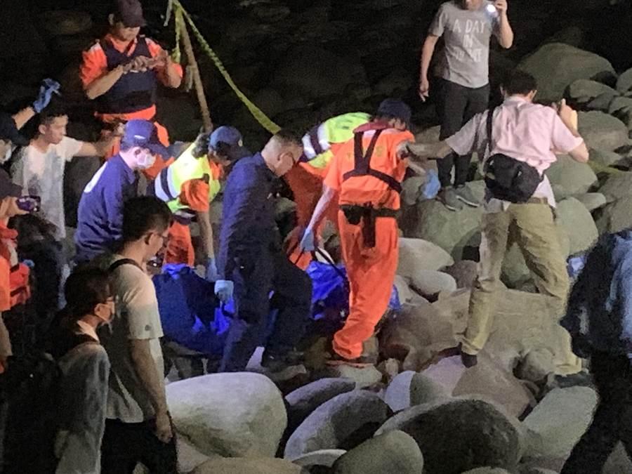 基隆地檢署檢察官與法醫到場相驗遺體完畢,將遺體移送板橋殯儀館。(王揚傑攝)