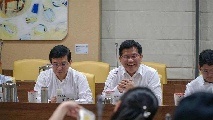 交通部長林佳龍(中)主持上任百日媒體茶敘,左為政務次長王國材。圖:交通部提供