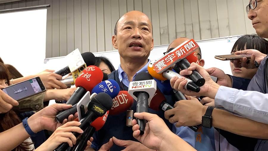 高雄市長韓國瑜23日夜宿大林蒲石化工廠,面對媒體提問,竟然答非所問,似乎有點累了。(柯宗緯攝)